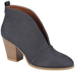 Shoes - 🖤 Black V Cut Bootie